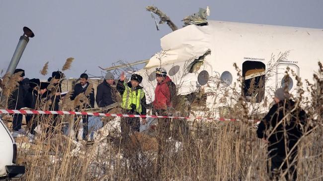 Sejumlah petugas penyelamat telah dikerahkan ke lokasi kejadian.(AP Photo/Vladimir Tretyakov)