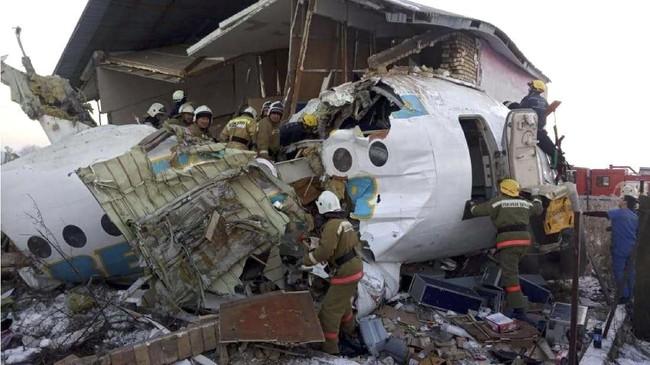 Bandara Internasional Almaty menuturkan telah membentuk komisi khusus untuk menyelidiki kecelakaan tersebut.( Emergency Situations Ministry of the Republic of Kazakhstan photo via AP)
