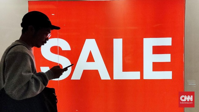 Pengunjung melihat dan membeli produk fesyen dan perawatan tubuh di pusat perbelanjaan kawasan Thamrin, Jakarta, Jumat (27/12). Menjelang akhir tahun, sejumlah toko pakaian dan perlengkapan memberi diskon bagi pengunjung yang berbelanjademi menghabiskan stok lama produknya. (CNNIndonesia/Safir Makki).