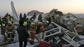 Menurut Badan Penerbangan Sipil Kazakhstan, pesawat yang mengangkut 100 penumpang termasuk lima awak itu kehilangan kendali ketinggian saat lepas landas hingga menerobos pagar beton sebelum menabrak sebuah bangunan. ( Emergency Situations Ministry of the Republic of Kazakhstan photo via AP)