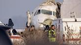 Sebanyak 15 orang dilaporkan tewas dan beberapa lainnya terluka setelah pesawat maskapai Bek Air jatuh di dekat Bandara Almaty, Kazakhstan, pada Jumat (27/12). (AP Photo/Vladimir Tretyakov)