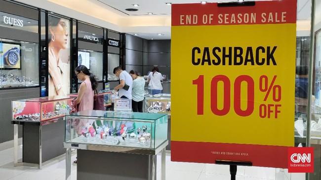 Gelaran diskon akhir tahun tidak hanya menawarkan belanja dengan harga lebih murah, tetapi juga cashback alias pengembalian uang tunai hingga 100 persen. (CNNIndonesia/Safir Makki).