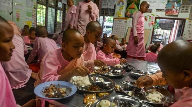 Dia mengatakan ada hampir 18.000 biarawati anak-anak dan biarawan pemula yang menghadiri sekolah-sekolah biara di ibu kota komersial Myanmar itu. (Ye Aung THU/AFP)