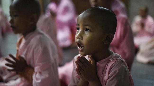 Khin Mar Thi, 17, dikirim ke biara itu bersama keempat saudara perempuannya, dan orangtua mereka tidak mampu membayar biaya perjalanan untuk kunjungan. (Ye Aung THU/AFP)