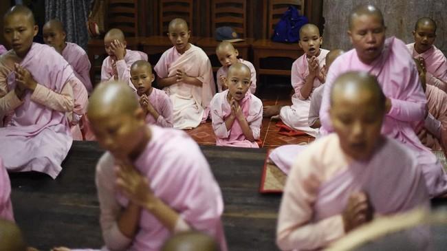 Kegelapan masih menyelimuti daerah pinggiran Yangon yang miskin ketika nyanyian Buddhis bersaing dengan gonggongan anjing jalanan. (Ye Aung THU/AFP)