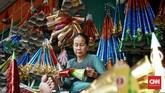 Menjelang pergantian tahun baru 2020, sejumlah pedagang terompet musiman mulai marak di kawasan Glodok dengan harga jual berkisar dari Rp. 7.000 hingga Rp. 15.000 tergantung model dan kesulitan pembuatan terompet, Jakarta. CNN Indonesia/Andry Novelino
