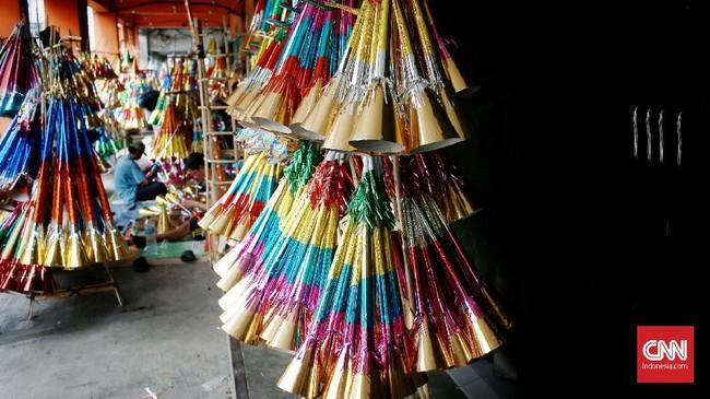 Menjelang pergantian tahun baru 2020, sejumlah pedagang terompet musiman mulai marak di kawasan Glodok dengan harga jual berkisar dari Rp. 7.000 hingga Rp. 15.000 tergantung model dan kesulitan pembuatan terompet. Jakarta. Minggu (29/12/2019).CNN Indonesia/Andry Novelino