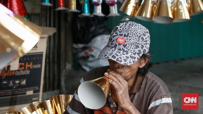 Terompet menjadi incaran warga yang berniat merayakan tahun baru. Terompet biasanya ditiup ramai-ramai persis saat pergantian malam tahun baru. (24/12/2019). CNN Indonesia/Andry Novelino