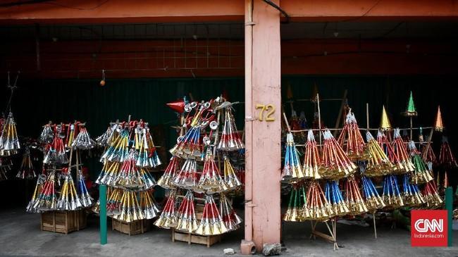 Terompet merupakan salah satu pilihan alat perayaan malam tahun baru selain kembang api. Terompet biasanya akan ditiup serentak oleh warga persis saat pergantian malam tahun baru. CNN Indonesia/Andry Novelino