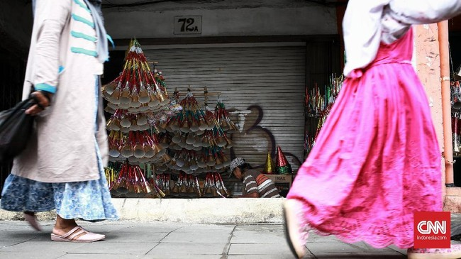 Jelang tahun baru para pembuat terompet musiman mulai mejajakan terompet kepada para warga yang akan merayakan malam pergantian tahun. Jakarta. Minggu (29/12/2019). CNN Indonesia/Andry Novelino