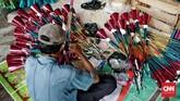 Pedagang merias terompet yang akan dijual sebagai perayaan malam tahun baru di kawasan Glodok, Jakarta Barat, Minggu (24/12/2019).CNN Indonesia/Andry Novelino