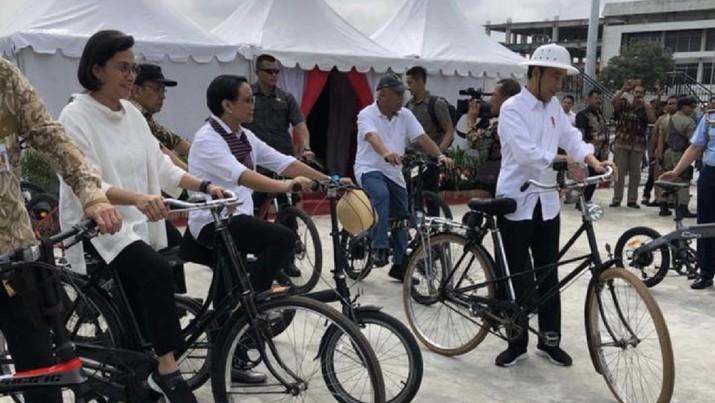 Gaya Jokowi Hingga Sri Mulyani Naik Sepeda Onthel di Semarang