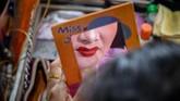 Mereka mementaskan kisah drama yang berkutat pada tema kesetiaan, kejujuran, dan keluarga dengan suara simbal dan seruling yang saling bersaut. (Photo by Mladen ANTONOV / AFP)