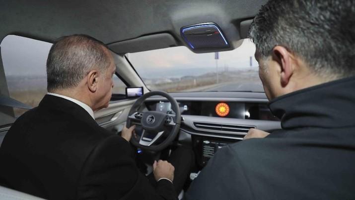 Presiden Turki Recep Tayyip Erdogan secara resmi membuka selubung prototipe dari mobil listrik nasional pertamanya.
