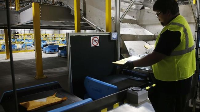 Robot-robot sudah beroperasi di fasilitas gudang Amazon yang berada di Goodyear, Arizona. (AP Photo/Ross D. Franklin).