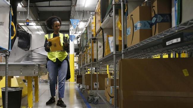 Sejumlah perusahaan pesaing Amazon turut memperhatikan perkembangan robot, banyak pula yang menambahkan robot demi mempercepat produktivitas dan menurunkan biaya. (AP Photo/Ross D. Franklin).