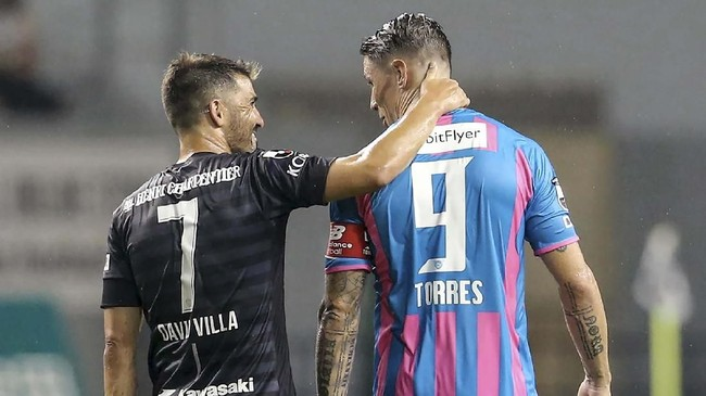 David Villa merupakan salah satu lawan Fernando Torres di pertandingan terakhir bersama Sagan Tosu. Villa yang merupakan rekan setim Torres di Spanyol kemudian pensiun pada November 2019. (JIJI PRESS / AFP)