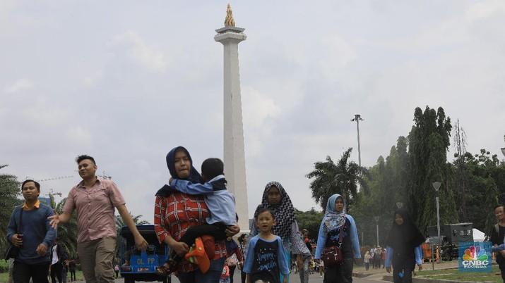Jelang Akhir Tahun, Warga Jakarta Padati Monas. (CNCB Indoensia/Muhammad Sabki)