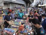 Laris Manis Penjual Kembang Api Jelang Malam Tahun Baru