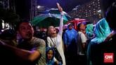 Meskipun diguyur hujan, warga tetap antusias merayakan pergantian malam tahun baru 2020. (CNN Indonesia/Safir Makki).