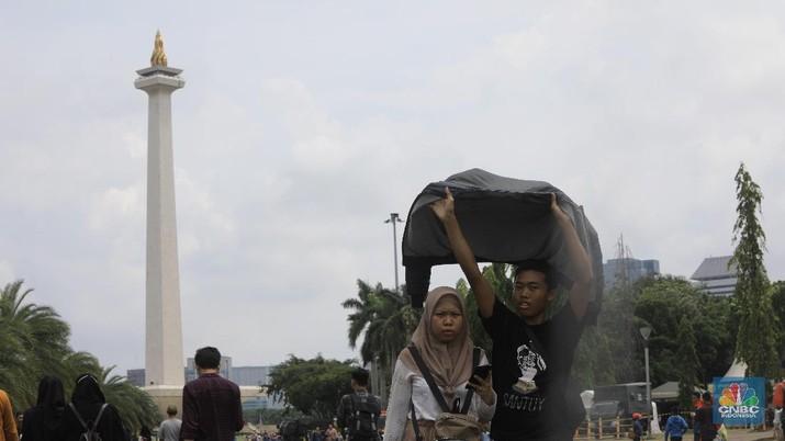 Monas Masih Jadi Lokasi Liburan Favorit Ibukota di Penghujung Tahun. (CNBC Indonesia/Muhammad Sabki)