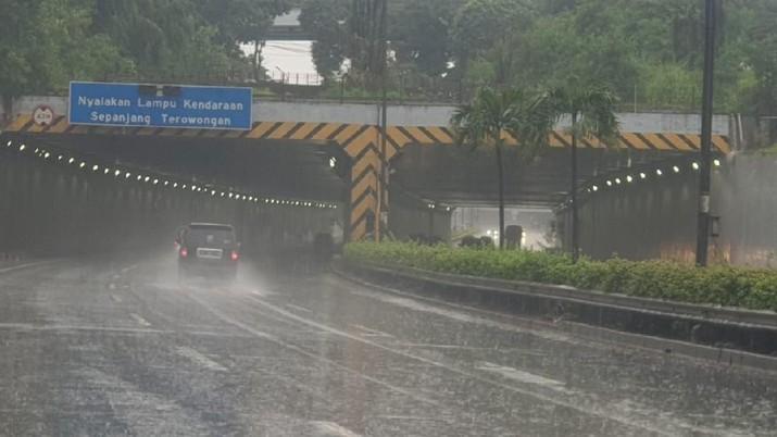 Hujan Deras Guyur Ibukota, Hutama Karya Pastikan Tol JORR Seksi S Aman Dilalui Oleh Pengguna Jalan