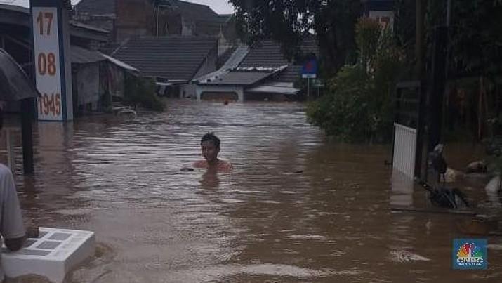Menurut warga sekitar banjir di kawasan tersebut setinggi leher orang dewasa.