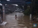 Orang Tua dan Anak Masih Terjebak Banjir di Ciledug
