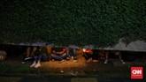 Ada juga yang berteduh di sejumlah tempat, termasuk pos dan tenda-tenda yang ada di sekitar Bundaran HI. (CNN Indonesia/Safir Makki).