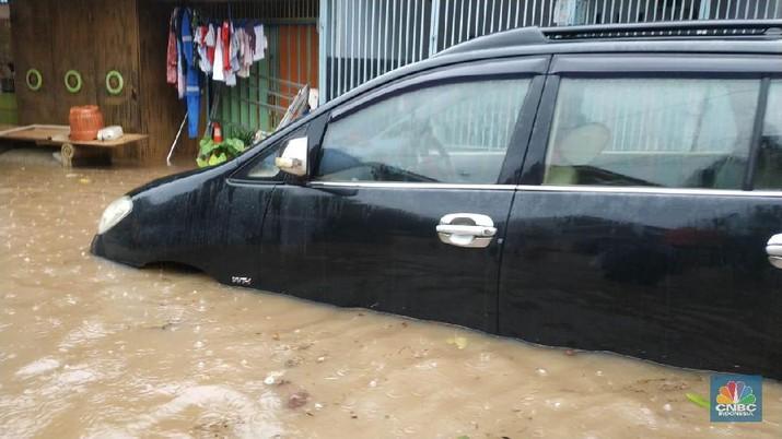 Tak ayal, kendaraan bermotor baik mobil maupun sepeda motor ikut terendam.