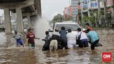 Warga membantu evakuasi mobil yang mogok akibat banjir di kawasan Kelapa Gading, Jakarta Utara, 1 Januari 2020. (CNN Indonesia/Adhi Wicaksono)