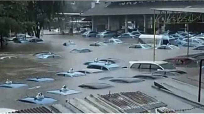 BIRD Ketika Pool Taksi Blue Bird Bagai Kolam Renang Akibat Banjir
