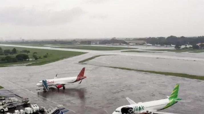 Hujan deras yang mengguyur wilayah Jakarta pada Rabu, 1 Januari 2020 mengakibatkan aktivitas penerbangan di Bandar Udara Halim Perdana Kusuma lumpuh.