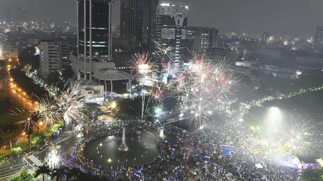 Suasana malam pergantian tahun baru di kawasan patung kuda Jakarta, Rabu (1/1/2020). (ANTARA FOTO/Nova Wahyudi).