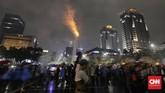 Warga merayakan acara perayaan malam pergantian tahun di sepanjang Jalan Thamrin. (CNN Indonesia/Adhi Wicaksono).