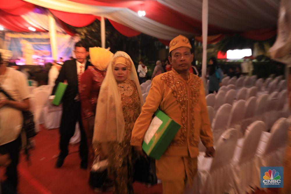 Gubernur DKI Jakarta Anies Baswedan hadir dalam acara nikah massal di penghujung 2019 yang digelar di halaman Balai Kota.