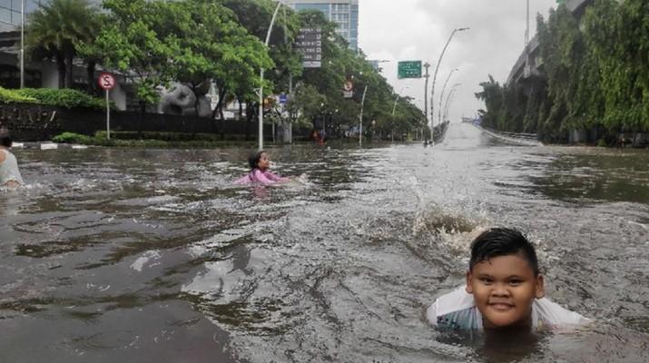 Intensitas hujan deras yang mengguyur Ibu kota membuat genangan dan banjir dimana-mana.