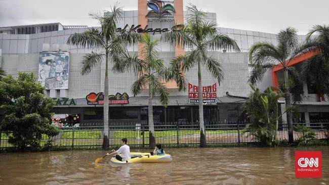 Jalan protokol kawasan Kelapa Gading, Jakarta Utara, banjir hingga pinggang orang dewasa, 1 Januari 2020. (CNN Indonesia/Adhi Wicaksono)