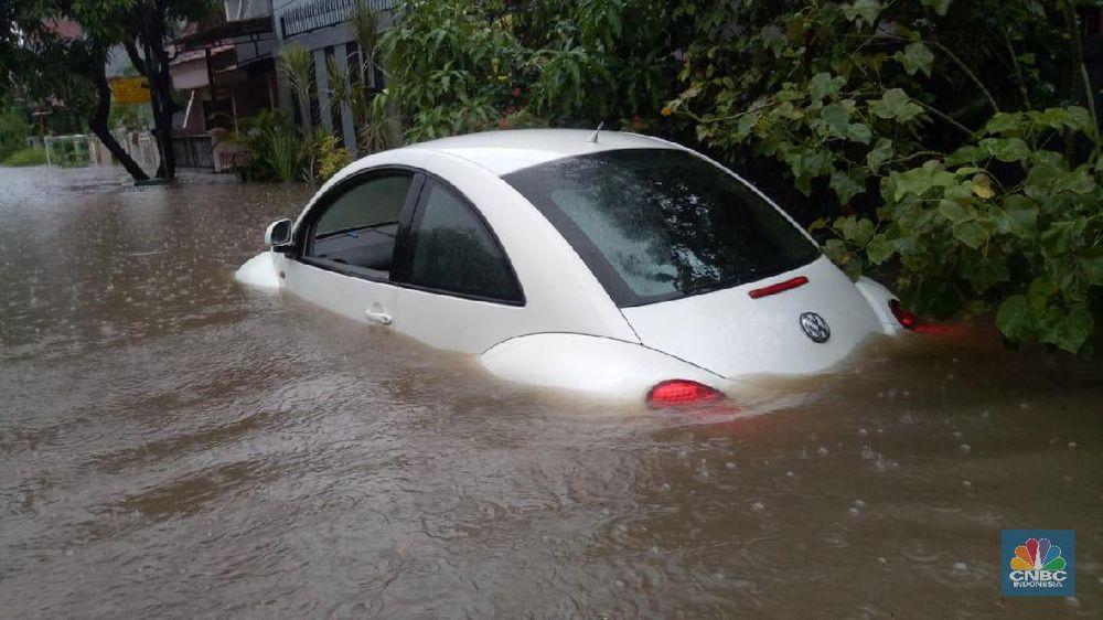 Hujan dengan deras mengguyur Jabodetabek sejak Selasa (31/12) sore hingga Rabu (1/1) pagi, membuat seluruh wilayah Jabodetabek terendam banjir, Jakarta.