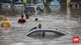 Mobil-mobil taksi yang berada di pool milik perusahaan Blue Bird terendam banjirdi kawasan HEK, Jalan Raya Pondok gede,Kramat Jati, Jakarta TImur,1 Januari 2020. (CNN Indonesia/Bisma Septalisma)