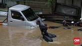 Kendaraan-kendaraan bermotor terpaksa dipasrahkan para pemiliknya terendam banjir di daerah Cipinang Melayu, Jakarta, 1Januari 2020.(CNN Indonesia/Adhi Wicaksono)