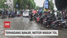 VIDEO: Terhadang Banjir, Motor Masuk Tol