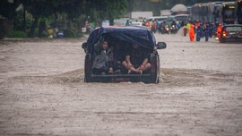 Penyebab Siaga Banjir Jakarta Hari Ini dan Besok