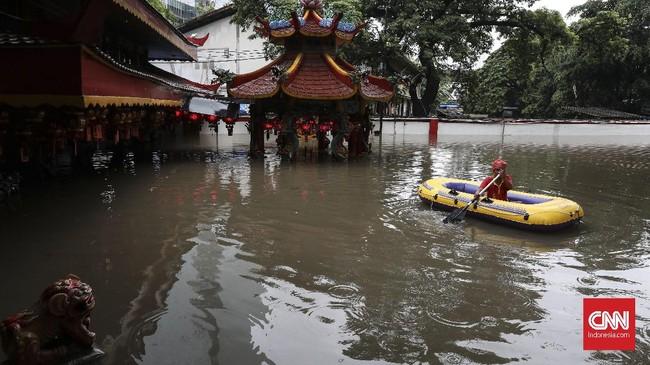 Vihara Amurva Bhumi terendam banjir, Rabu (1/1) akibat hujan yang terus mengguyur kawasan Jabodetabek sejak Selasa (31/12). (CNN Indonesia/Safir Makki)