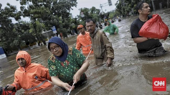 Luapan banjir di kawasan Hek, Jalan Raya Pondok Gede, Kramat Jati, Jakarta Timur, 1 Januari 2020. Banjir tersebut disebabkan karena tingginya intensitas hujan yang mengguyur sejak Selasa, 31Desembar 2019. (CNN Indonesia/Bisma Septalisma)