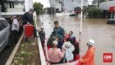 Warga dievakuasi menggunakan perahu karet akibat banjir di Jalan Kemang Raya, Jakarta Selatan, 1 Januari 2020. (CNN Indonesia/Safir Makki)