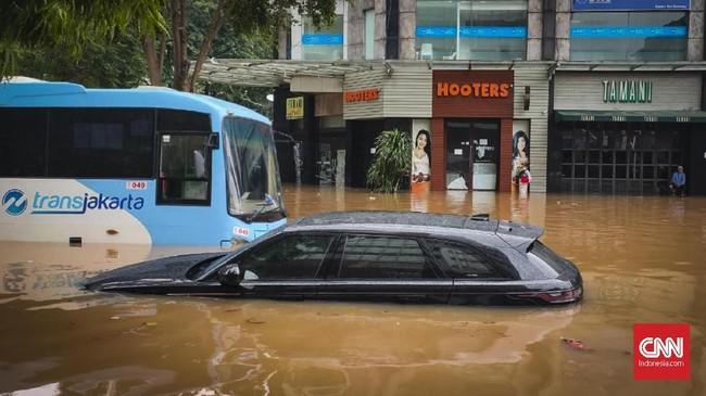 Mobil terendam banjir di Jalan Kemang Raya, Jakarta Selatan. Hujan deras yang mengguyur DKI Jakarta membuat sejumlah wilayah di Ibu Kota terendam banjir, 1 Januari 2020. (CNN Indonesia/Safir Makki)