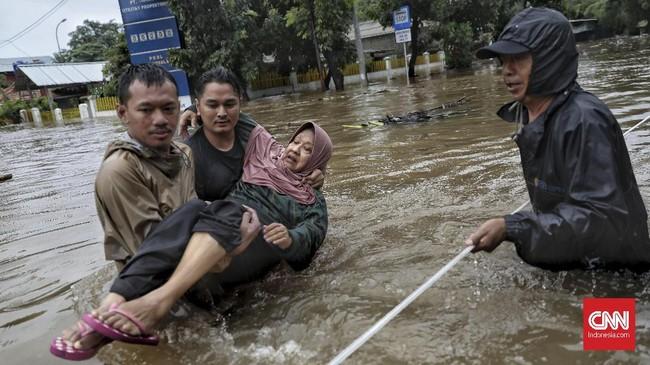 Evakuasi warga akibat luapan banjir di kawasan Hek, Jalan Raya Pondok Gede, Kramat Jati, Jakarta Timur, Rabu, 1 Januari 2020. (CNN Indonesia/Bisma Septalisma)