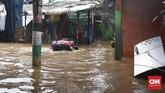 PLN memutuskan aliran listrik di sejumlah wilayah Jakarta akibat banjir yang melanda pada 1 Januari 2020.Total ada 1.650 gardu listrik atau 12 persen yang dimatikan PLN untuk menghindari hal berbahaya saat banjir. (CNN Indonesia/Andry Novelino)