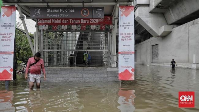 LRTRawamangun-Kelapa Gading tidak beroperasi akibat jalan di bawah stasiun pulomas tergenang airbanjir, 1 Januari 2020. (CNN Indonesia/Adhi Wicaksono)